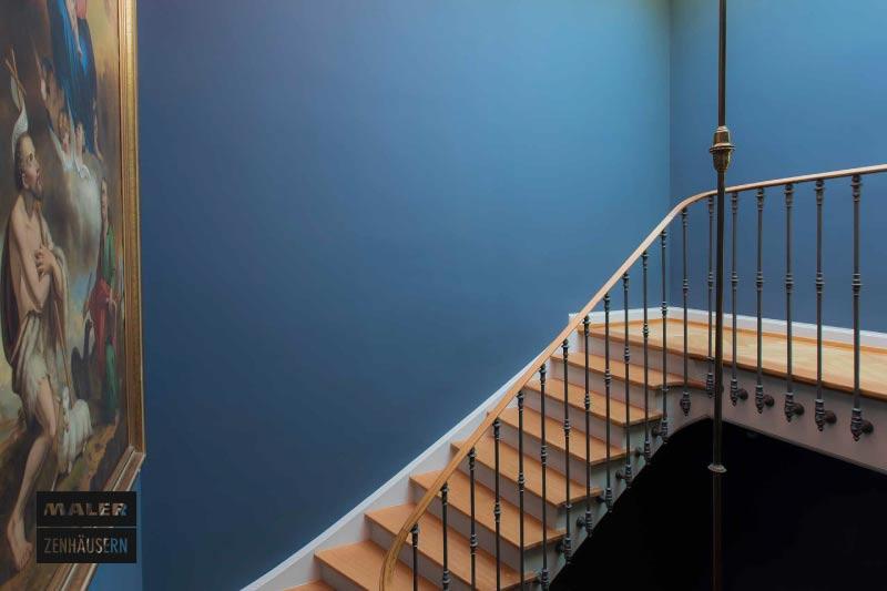 Treppe mit blau bestrichener Wand