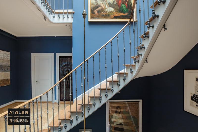 Treppenhaus in hell und dunkelblau gestrichen