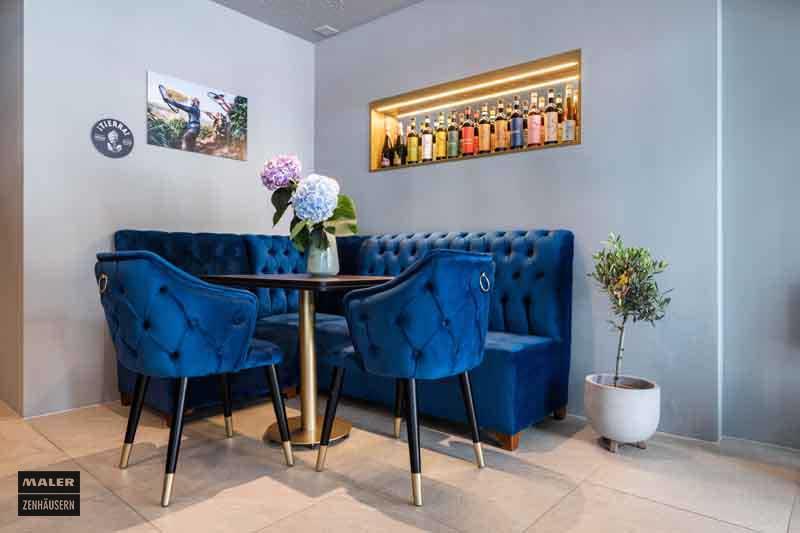 Blau gepolsterte Sitzecke der Luna Cafe Bar