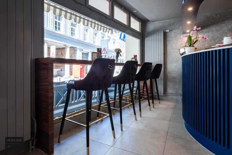 Barhocker die am Fenster stehen mit Blick nach draussen der Luna Cafe Bar