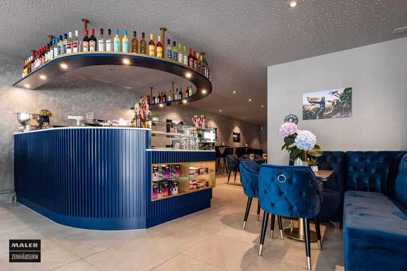 Blaue Bar und blau gepolsterte Sitzecke der Luna Cafe Bar