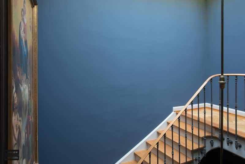 Foto eines blauen Treppenhauses