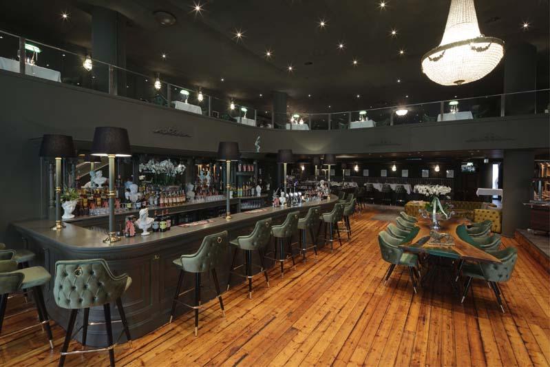 Foto eines sehr noblen Restaurants und einer Bar - dunkel gestrichen ist