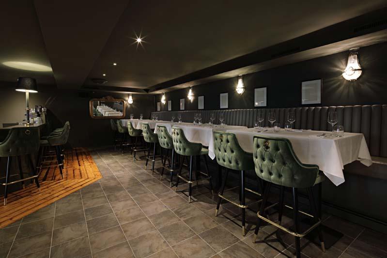 Foto eines sehr noblen Restaurants, das dunkel gestrichen ist