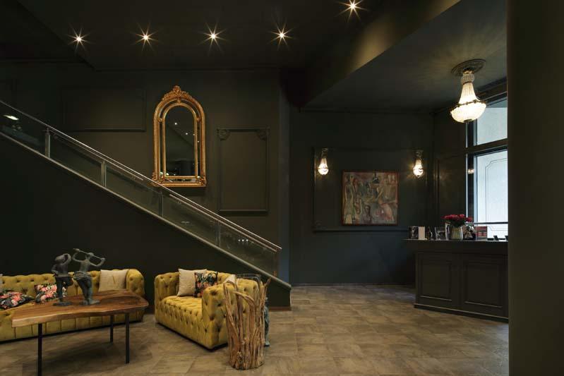Foto einer sehr noblen Hotellobby, die dunkel gestrichen ist