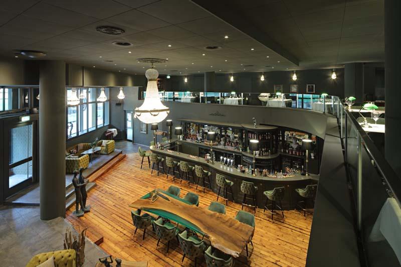 Foto eines sehr noblen Restaurants, das dunkel gestrichen ist - Perspektive von oben