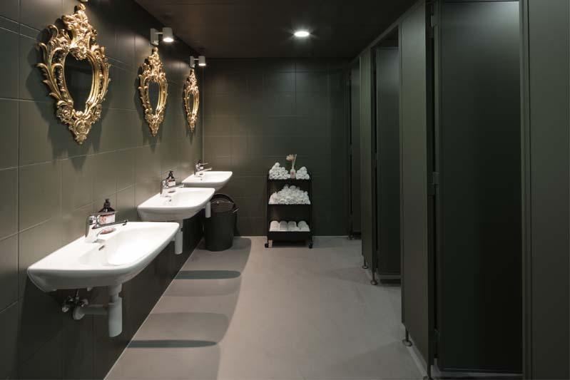 Foto eines sehr eleganten und dunkel gehaltenen WCs