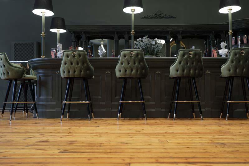 Foto einer sehr noblen Bar, die dunkel gestrichen ist
