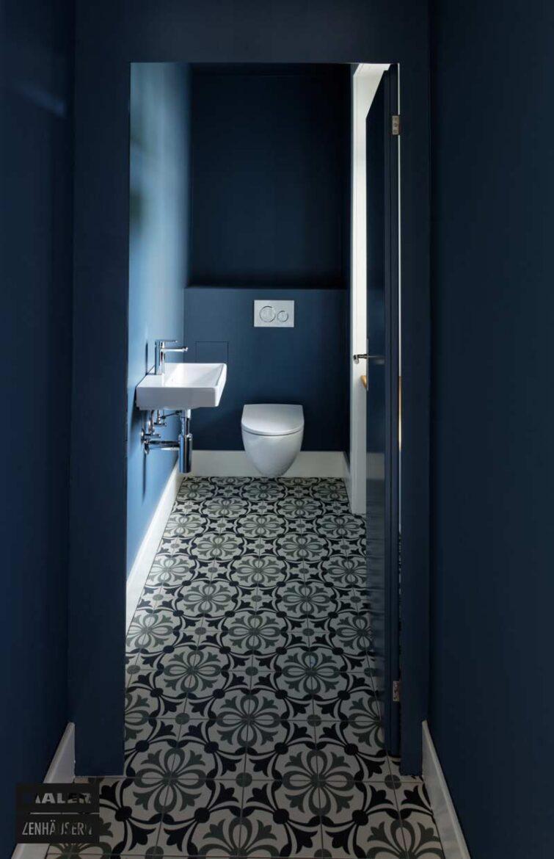 Farbkonzept Gäste-WC in Blau mit Mosaikboden