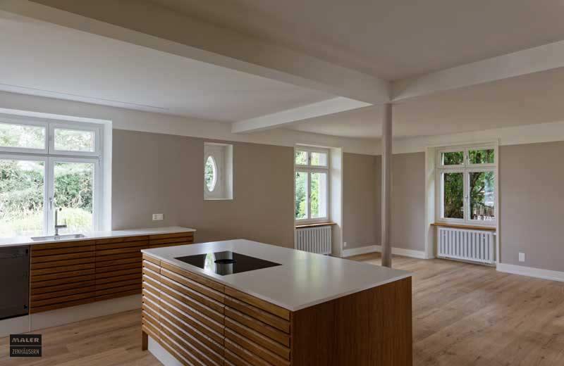 Foto einer modernen Küche in Holz und Marmor mit beige gestrichenen Wänden