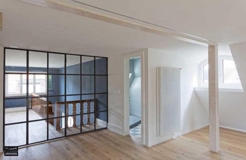 Foto eines sehr hellen Wohnraums