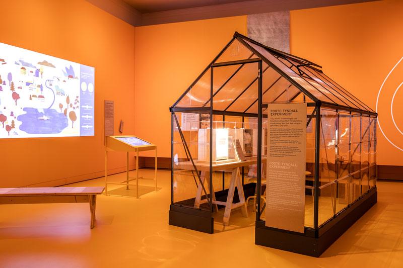 Ausstellungsraum mit einem Experiment zum Thema Klima Wandel