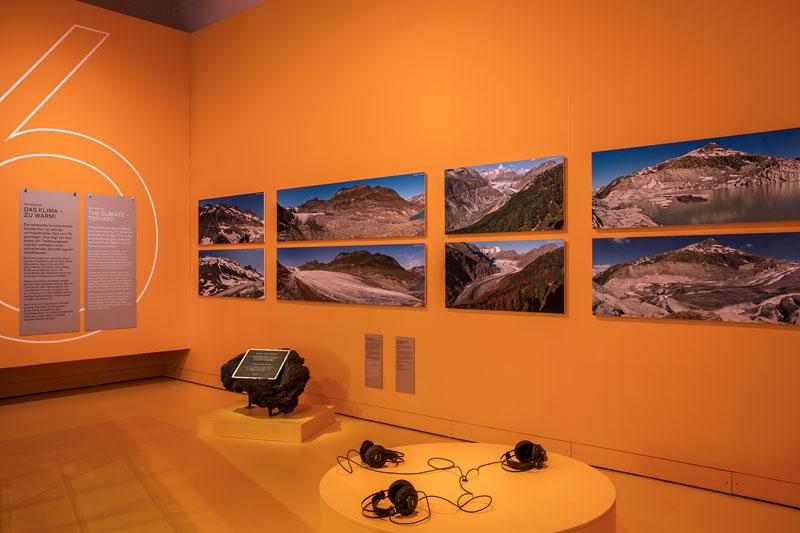 Ausstellungsraum in orange mit dem Thema Klimawandel