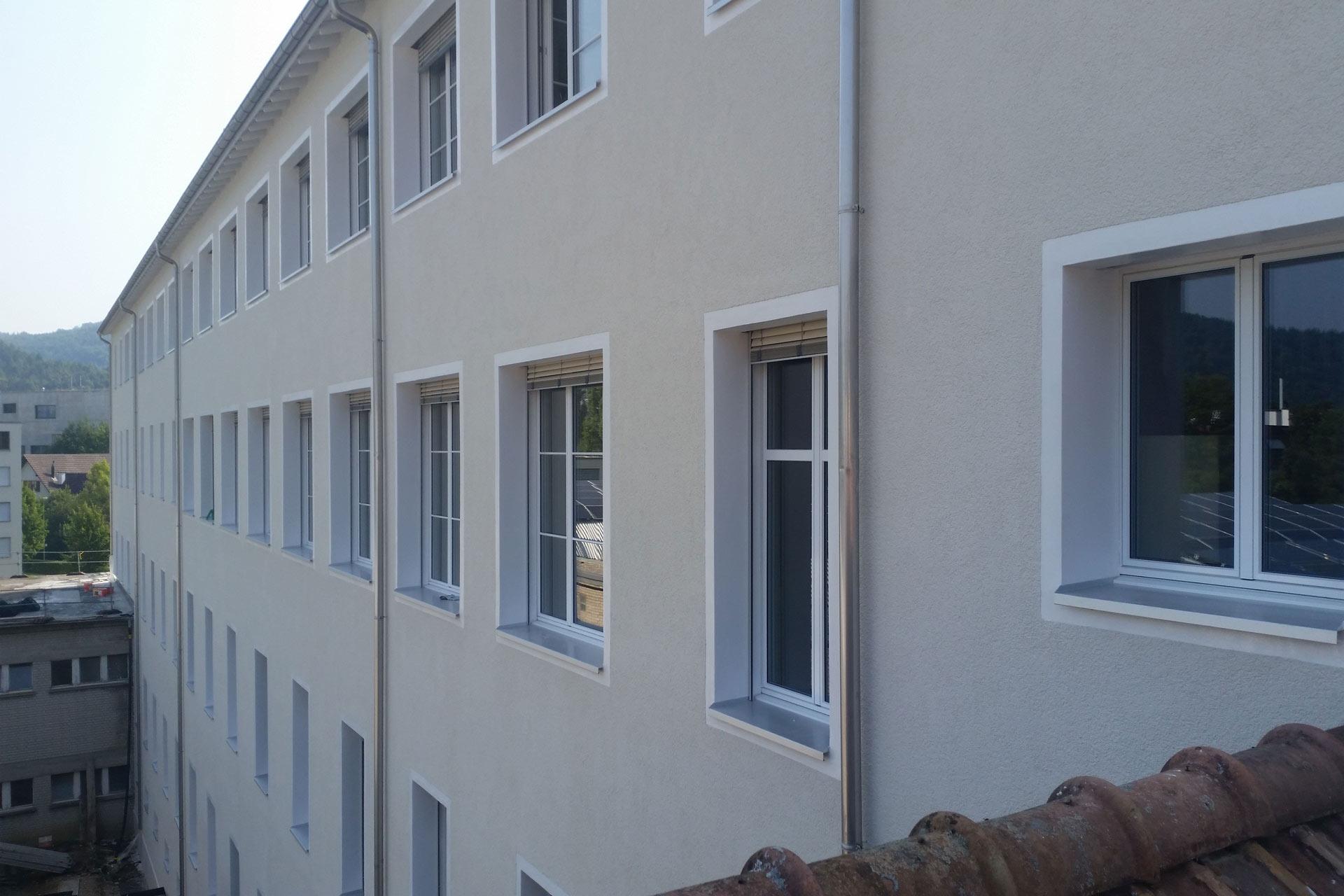Beiges, großes Haus mit vielen Fenstern. Frisch saniert.