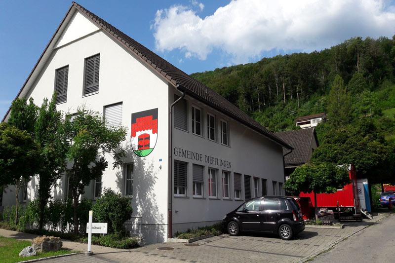 Gemeindehaus von Diepflingen. Auf der einen Seite des Hauses ist das Wappen von Diempflingen.