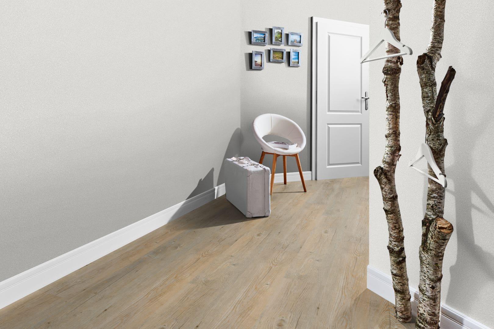 Foto eines hellen Eingangsbereich mit einer grauen Wand