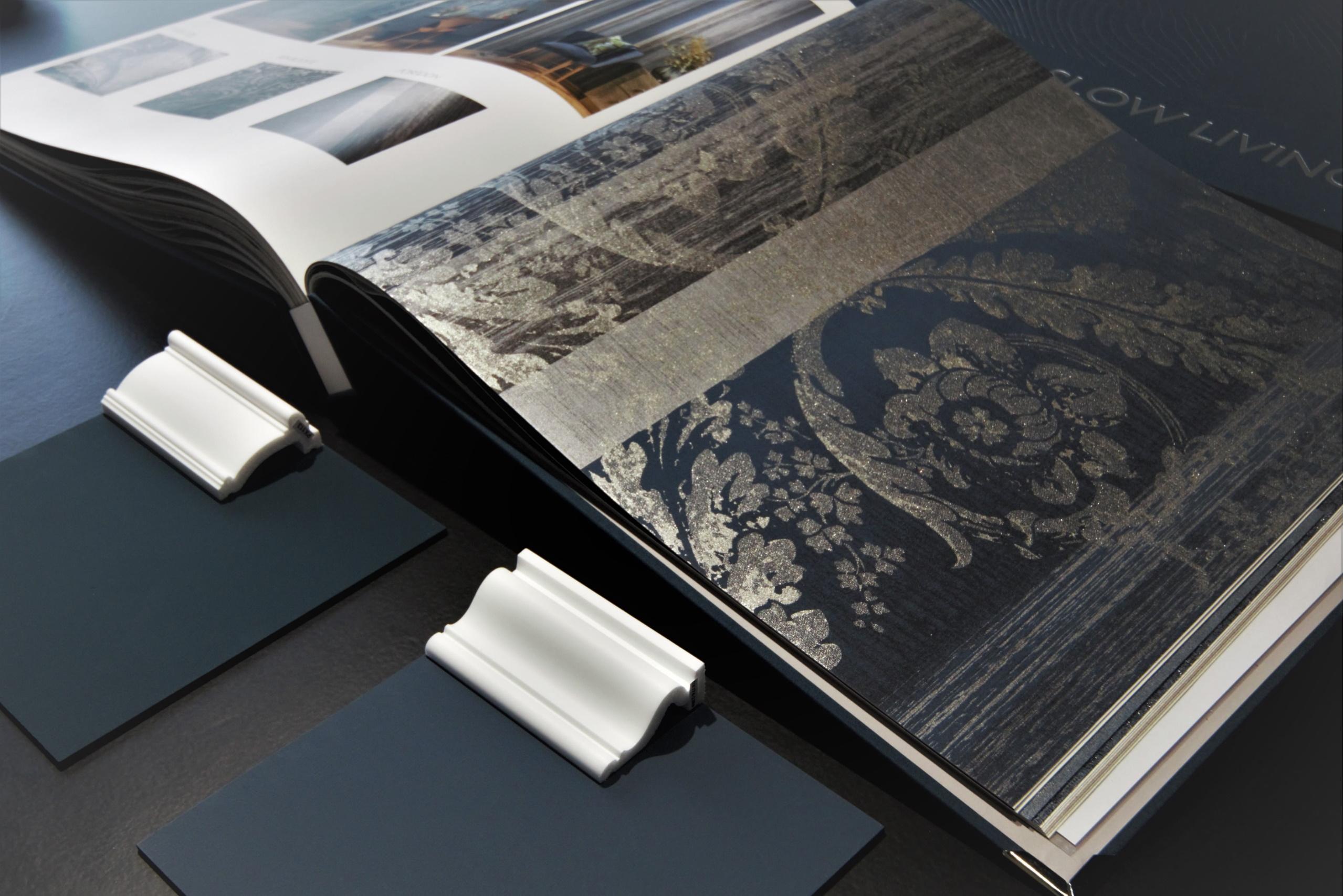 Foto eines Albums, in dem verschiedene Wandtapeten abgedruckt sind