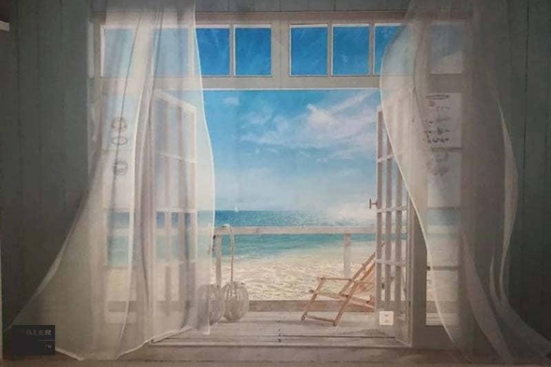 Foto einer Wandtapete mit dem Bild einer großen Terrassentüre am Meer mit wehenden Vorhängen und Blick auf das Meer