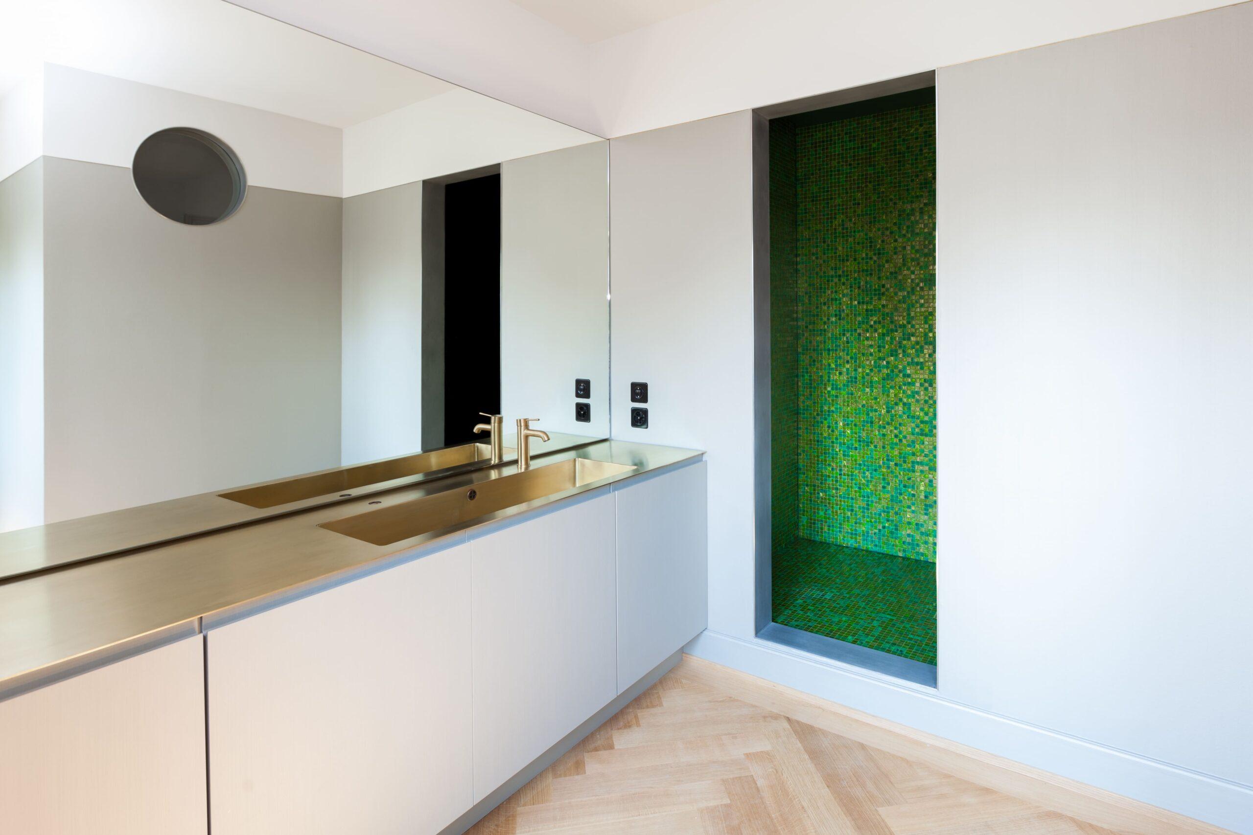 Ein Badezimmer mit großem Spiegel über dem Waschbecken