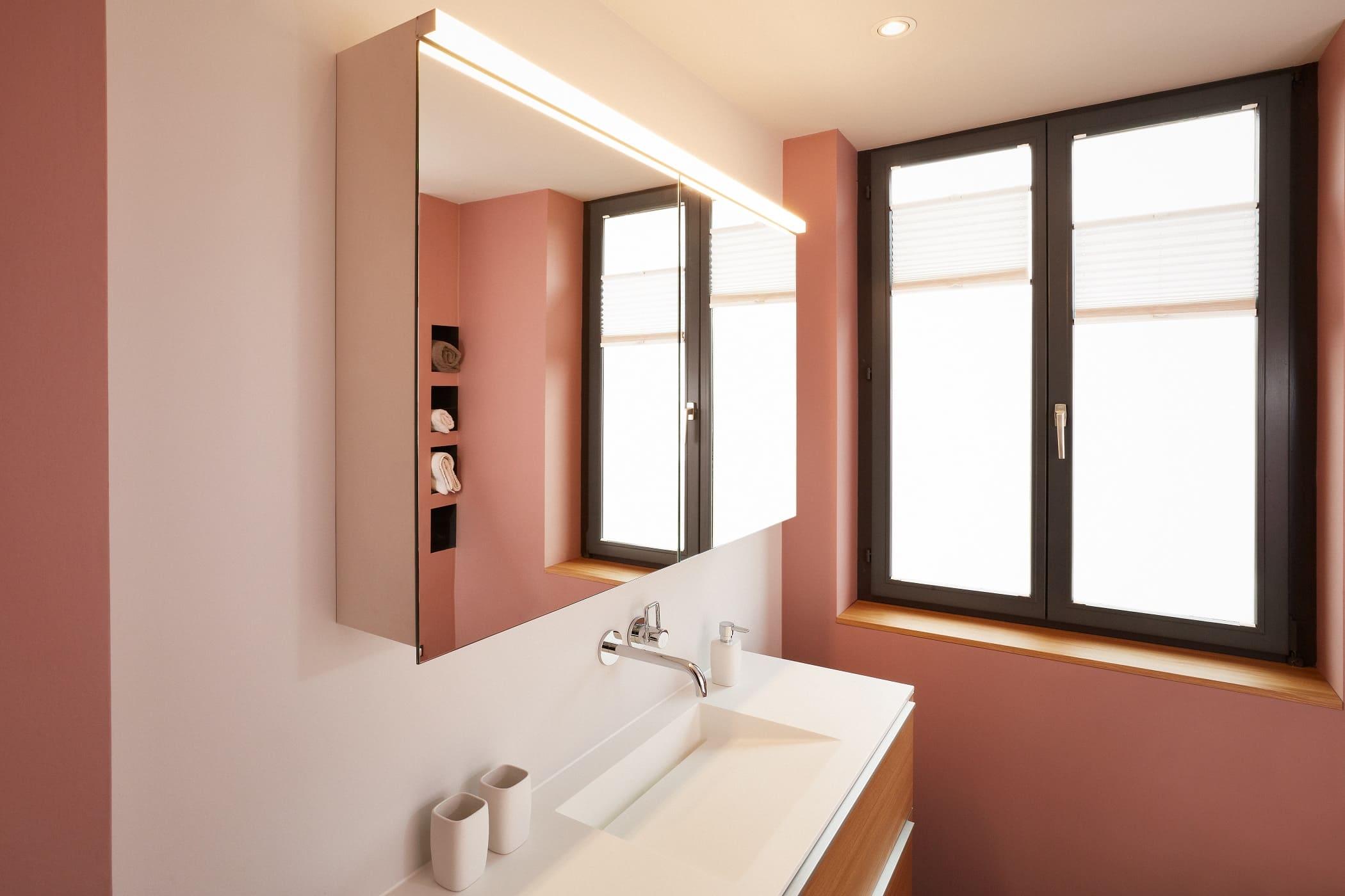Ein Badezimmer mit lachsfarbener Wand