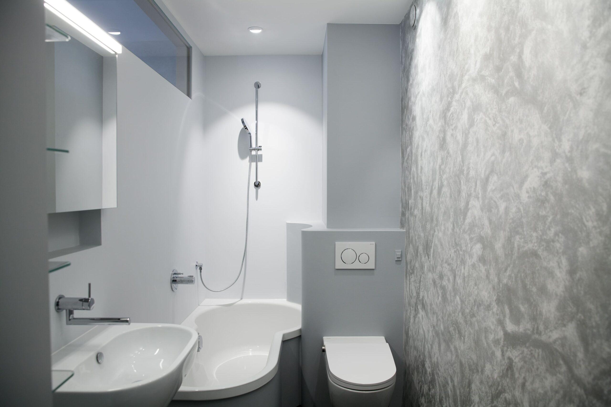 Ein Badezimmer mit Badewanne und weißen Wänden