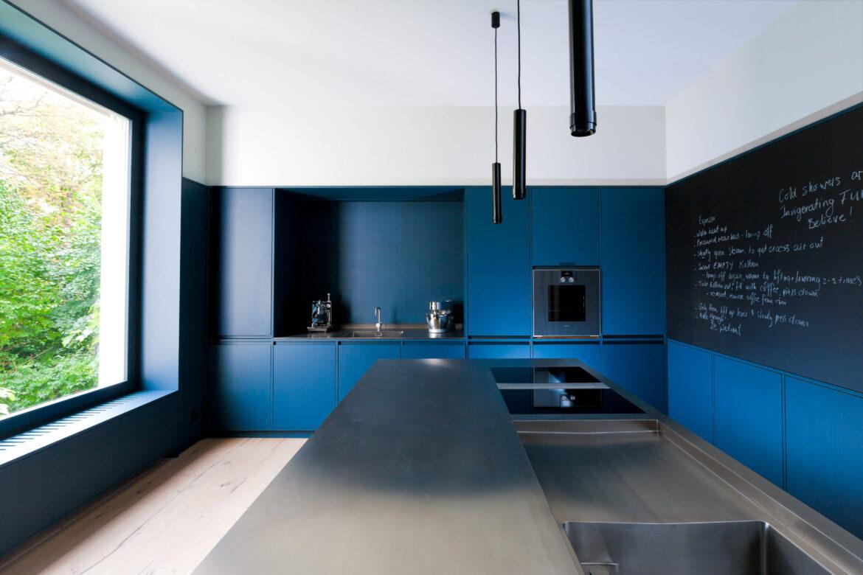 Eine Küche im blauen Design